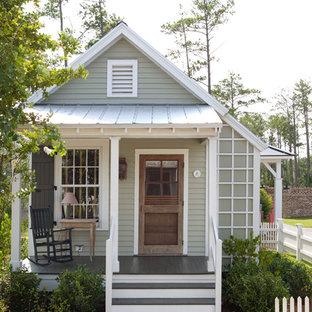 Пример оригинального дизайна: маленький, одноэтажный, серый дом в стиле кантри