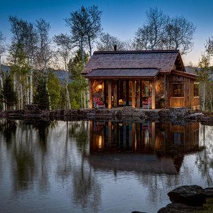 Diseño de fachada de casa marrón, rural, pequeña, de una planta, con revestimiento de madera, tejado a dos aguas y tejado de teja de madera