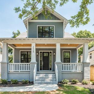 Imagen de fachada de casa azul, de estilo americano, grande, de dos plantas, con revestimiento de madera, tejado a dos aguas y tejado de teja de madera