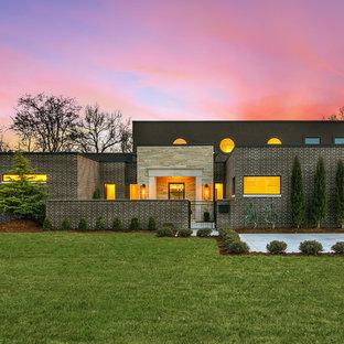 Idée de décoration pour une très grand façade de maison marron minimaliste à un étage avec un toit plat.