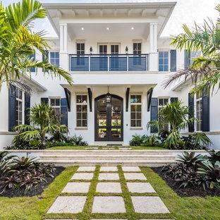 Ispirazione per la facciata di una casa bianca tropicale a due piani