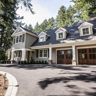 Idee per la facciata di una casa unifamiliare grigia american style a due piani di medie dimensioni con rivestimento in vinile, tetto a capanna e copertura a scandole