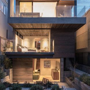 ロサンゼルスのコンテンポラリースタイルのおしゃれな三階建ての家 (木材サイディング、茶色い外壁、陸屋根、戸建) の写真