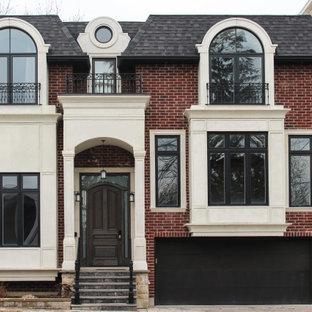 トロントの中くらいのコンテンポラリースタイルのおしゃれな家の外観 (レンガサイディング、マルチカラーの外壁、混合材屋根) の写真