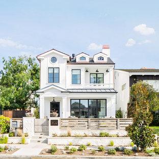 Diseño de fachada de casa blanca, costera, de dos plantas, con revestimientos combinados, tejado a dos aguas y tejado de teja de madera