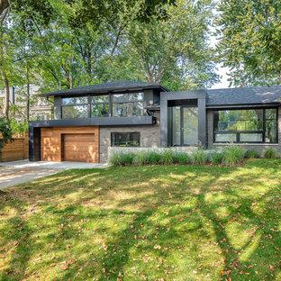 Ispirazione per la facciata di una casa unifamiliare grande grigia contemporanea a due piani con rivestimento in mattoni, tetto a padiglione e copertura a scandole