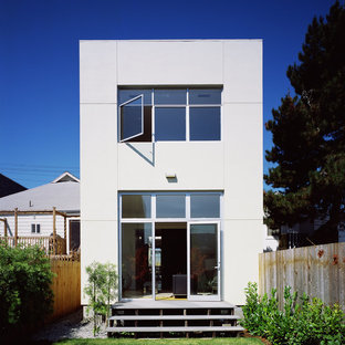 Foto della facciata di una casa moderna a due piani di medie dimensioni
