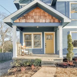 Exemple d'une façade en bois bleue romantique de taille moyenne et à un étage avec un toit à deux pans.