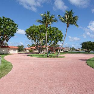 マイアミのミッドセンチュリースタイルのおしゃれな家の外観の写真