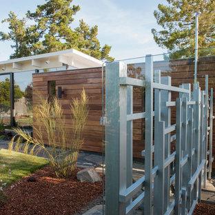 Idee per la facciata di una casa unifamiliare marrone contemporanea a un piano di medie dimensioni con rivestimento in legno, tetto piano e copertura mista