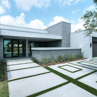 Пример оригинального дизайна: большой, одноэтажный, белый частный загородный дом в современном стиле с облицовкой из бетона и плоской крышей