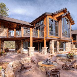 デンバーのラスティックスタイルのおしゃれな家の外観 (石材サイディング) の写真
