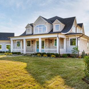 他の地域のカントリー風おしゃれな家の外観 (木材サイディング、ベージュの外壁、黒い屋根、ウッドシングル張り) の写真