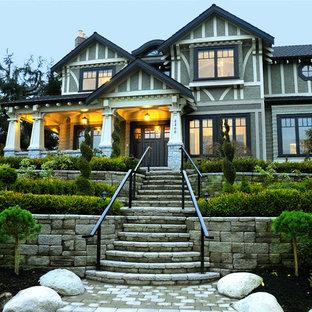 Aménagement d'une façade de maison craftsman à un étage avec un revêtement en stuc.