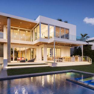 Idéer för att renovera ett funkis vitt hus, med två våningar och platt tak