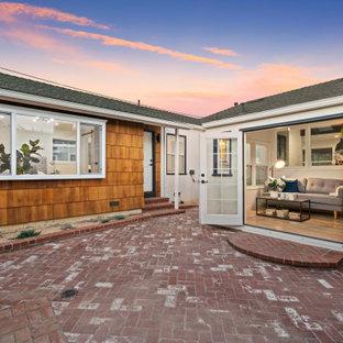 Foto på ett mellanstort amerikanskt vitt hus, med allt i ett plan, blandad fasad, sadeltak och tak i shingel