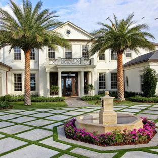 Foto della facciata di una casa grande tropicale a due piani con tetto a padiglione