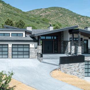 デンバーのモダンスタイルのおしゃれな家の外観 (漆喰サイディング、黒い屋根) の写真