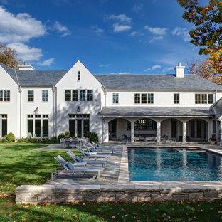 Свежая идея для дизайна: двухэтажный фасад дома в классическом стиле с облицовкой из цементной штукатурки - отличное фото интерьера