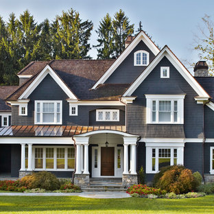 Inspiration för stora klassiska grå hus, med tre eller fler plan och sadeltak