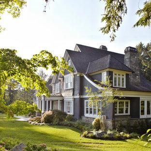 Стильный дизайн: трехэтажный, деревянный, большой, серый дом в классическом стиле с двускатной крышей - последний тренд
