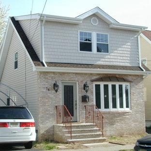 Ispirazione per la facciata di una casa unifamiliare beige classica a due piani di medie dimensioni con rivestimenti misti, tetto a capanna e copertura a scandole
