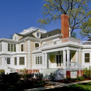 Großes, Dreistöckiges, Gelbes, Graues Klassisches Einfamilienhaus mit Holzfassade, Walmdach, Schindeldach und Verschalung in Chicago
