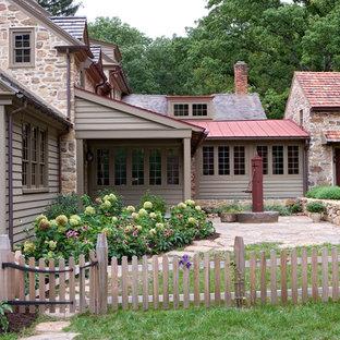 Inspiration för mellanstora lantliga bruna hus, med två våningar, blandad fasad och tak i mixade material
