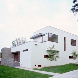 Immagine della facciata di una casa bianca moderna a due piani con tetto piano