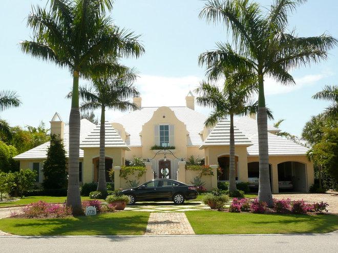 Tropical Exterior by Mchugh Porter Builders inc.