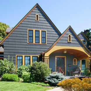 Ejemplo de fachada gris, de estilo americano, de tamaño medio, de dos plantas, con revestimiento de madera
