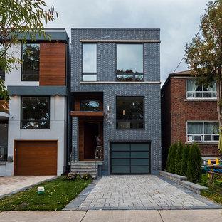 Idéer för ett litet modernt hus i flera nivåer, med stuckatur och platt tak