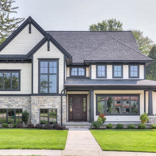 グランドラピッズのトランジショナルスタイルのおしゃれな家の外観 (茶色い外壁、切妻屋根、戸建、板屋根、混合材サイディング) の写真