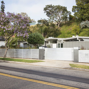 Design ideas for a midcentury one-storey grey exterior in Los Angeles.
