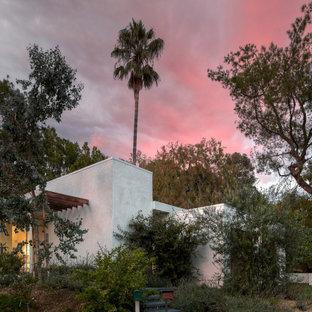 ロサンゼルスのおしゃれな家の外観 (漆喰サイディング、混合材屋根) の写真