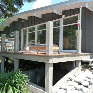 Foto de fachada verde, retro, de tamaño medio, de una planta, con revestimiento de madera y tejado a dos aguas