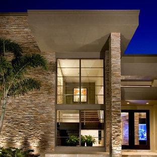 Modelo de fachada beige, contemporánea, de dos plantas, con revestimiento de estuco