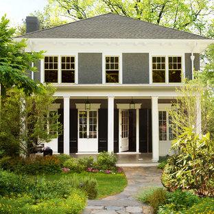 Inspiration för ett vintage grått hus, med två våningar och valmat tak