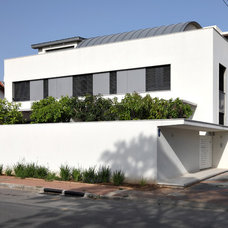Contemporary Exterior by Amitzi Architects