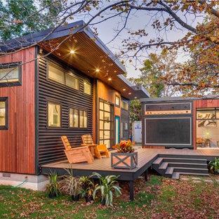 Foto på ett industriellt flerfärgat hus, med blandad fasad och pulpettak
