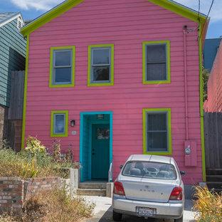 サンフランシスコの中くらいのエクレクティックスタイルのおしゃれな家の外観 (木材サイディング、ピンクの外壁) の写真