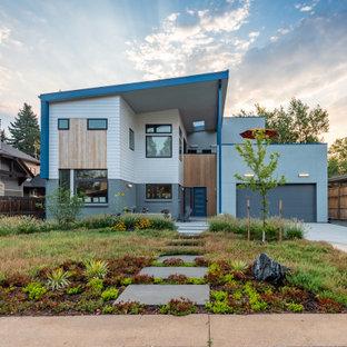 Diseño de fachada de casa gris, actual, de dos plantas, con revestimientos combinados y tejado de un solo tendido