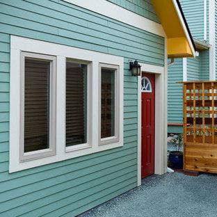 シアトルのトラディショナルスタイルのおしゃれな家の外観 (コンクリート繊維板サイディング、緑の外壁、寄棟屋根、アパート・マンション、板屋根) の写真