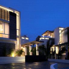 Tropical Exterior by Lee H. Skolnick Architecture & Design Partnership