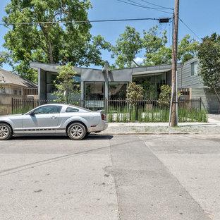 Einstöckiges, Graues Modernes Haus mit Metallfassade in Dallas