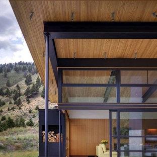 Foto de fachada moderna, de tamaño medio, de una planta, con revestimiento de metal y tejado plano