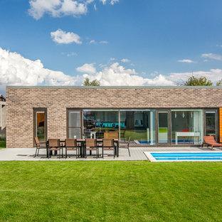 Свежая идея для дизайна: одноэтажный, разноцветный частный загородный дом в стиле лофт с комбинированной облицовкой и плоской крышей - отличное фото интерьера