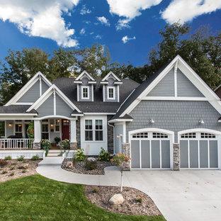 Неиссякаемый источник вдохновения для домашнего уюта: одноэтажный, синий дом среднего размера в стиле кантри с комбинированной облицовкой и двускатной крышей