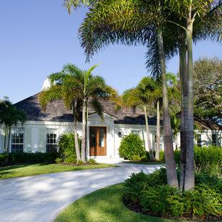 На фото: одноэтажный дом в морском стиле с вальмовой крышей с