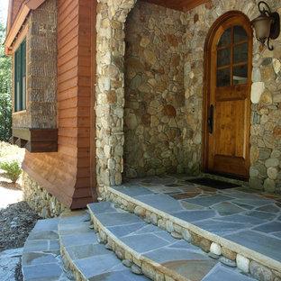 Diseño de fachada marrón, ecléctica, grande, de dos plantas, con revestimiento de piedra
